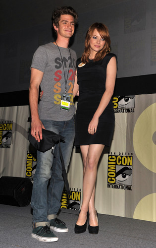 Andrew Garfield and Emma Stone karatasi la kupamba ukuta possibly containing bare legs, a hip boot, suruali moto, hot pants, and suruali ya moto titled The Amazing Spider-Man Comic Con