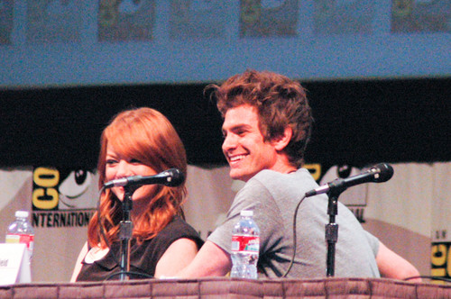 Andrew Garfield and Emma Stone پیپر وال with a کنسرٹ entitled The Amazing Spider-Man Comic Con