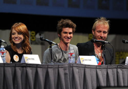 Andrew Гарфилд and Emma Stone Обои probably containing a концерт entitled The Amazing Spider-Man Comic Con