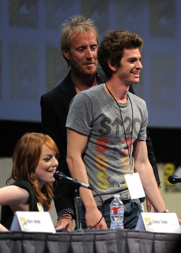 Andrew Garfield and Emma Stone پیپر وال containing a کنسرٹ called The Amazing Spider-Man Comic Con