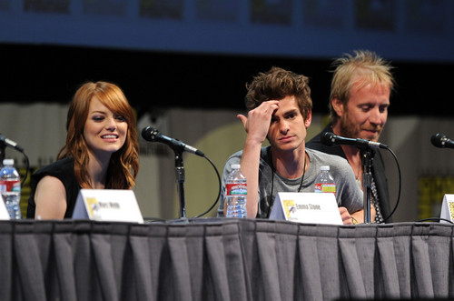 Andrew Garfield and Emma Stone پیپر وال probably with a کنسرٹ called The Amazing Spider-Man Comic Con
