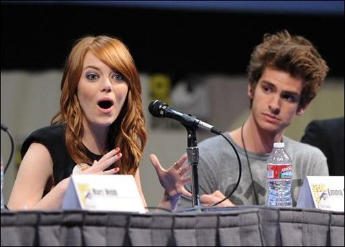 Andrew Garfield and Emma Stone karatasi la kupamba ukuta possibly with a portrait titled The Amazing Spider-Man Comic Con