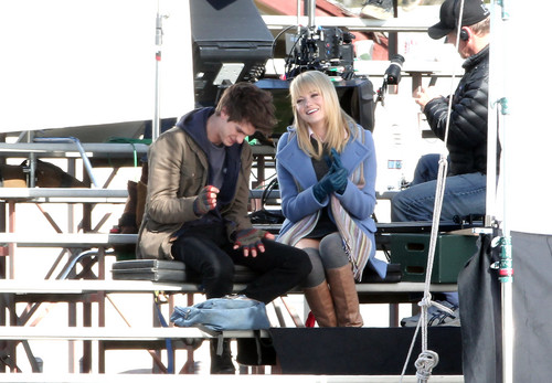 Andrew Гарфилд and Emma Stone Обои probably containing a business suit entitled The Amazing Spider-Man set