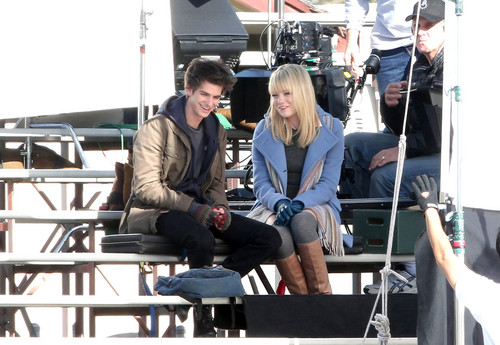 Andrew Garfield and Emma Stone پیپر وال called The Amazing Spider-Man set