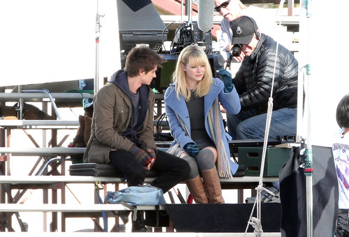 Andrew 加菲猫 and Emma Stone 壁纸 probably with a covered wagon, a chuck wagon, and a lippizan titled The Amazing Spider-Man set