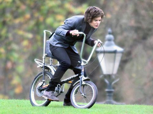 একমুখী দেওয়ালপত্র probably containing a trail bike and a mountain bike titled U got that One Thing.......