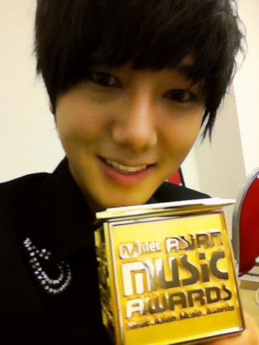 Yesung with his award