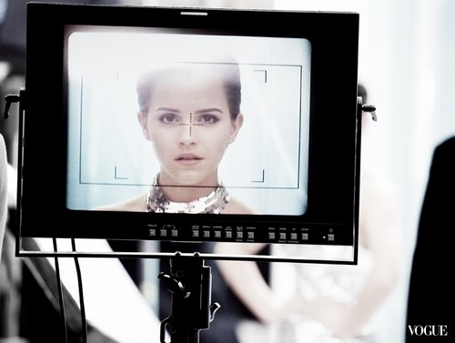 behind-the-scene picture of Emma Watson for the new Lancôme campaign blanc Expert