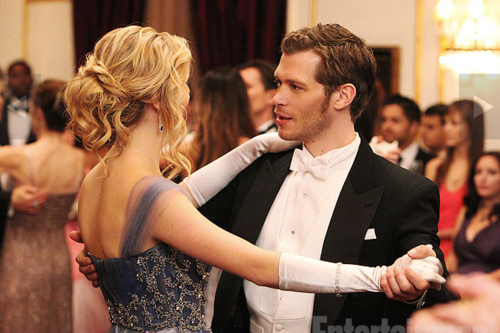 The Vampire Diaries Couples वॉलपेपर possibly containing a business suit and a dress suit called klaus & caroline♥