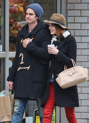 Andrew Garfield and Emma Stone karatasi la kupamba ukuta containing a business suit entitled A&E - Kissing