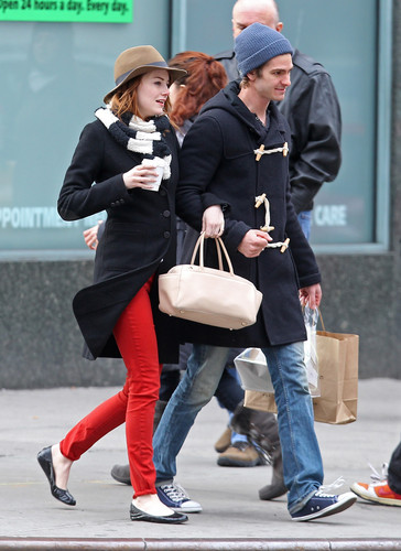 Andrew Garfield and Emma Stone karatasi la kupamba ukuta containing a business suit called A&E - Kissing