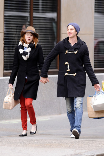 Andrew Гарфилд and Emma Stone Обои containing an outerwear called A&E - Поцелуи