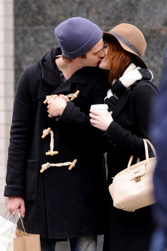 Andrew Гарфилд and Emma Stone Обои probably with a business suit and an outerwear entitled A&E - Поцелуи
