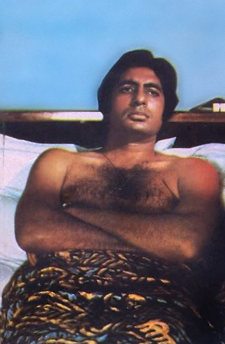 Amitabh Bachchan Shirtless On 床, 床上