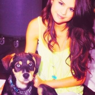 Awwwww Selena with a dog! <3333333333