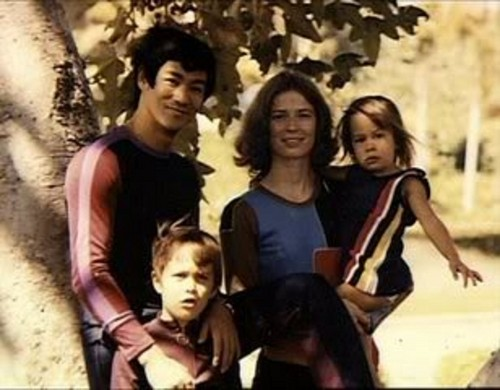Bruce with his family - bruce-lee Photo