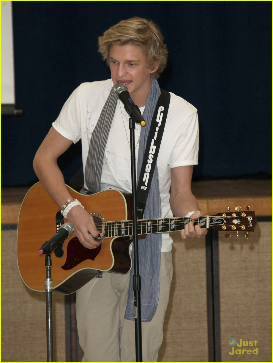 Cody Simpson Lakers Game with Kendall Kylie Jenner cody simpson 28390502 919 1222 - Cody Simpson