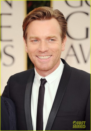 Ewan McGregor kertas dinding containing a business suit called Ewan McGregor - Golden Globes 2012 Red Carpet