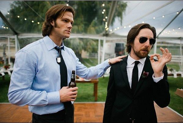 Jared et Gen #4  + Thomas et Shepherd Jared-at-Brian-Buckley-s-wedding-jared-padalecki-28328342-599-402