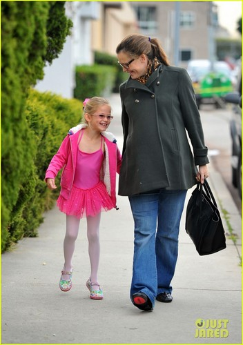 Jennifer Garner: Ballet Class Exit with Violet!