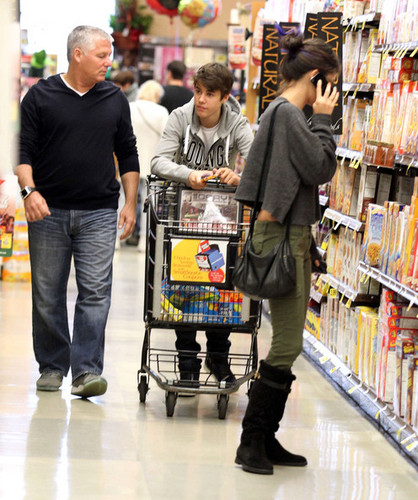 Justin Bieber And Selena Gomez Grocery Shopping In Encino