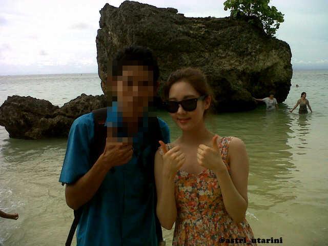 Seohyun selca with a Fan in Bali