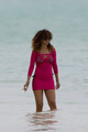 Wears Skin-Tight 粉, 粉色 Dress, Relaxing At A 海滩 In Hawaii [15 January 2012]