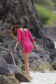 Wears Skin-Tight roze Dress, Relaxing At A strand In Hawaii [15 January 2012]