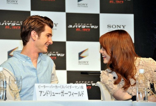 Andrew गारफील्ड and Emma Stone वॉलपेपर with a portrait titled 'The Amazing Spider-Man' Press Conference in जापान