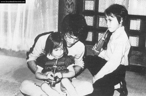 Bruce with his kids on the set of Game of Death