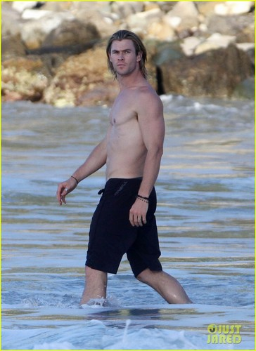 Chris Hemsworth & Elsa Pataky: beach, pwani Fun in the Sun!