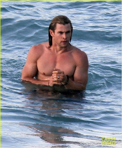 Chris Hemsworth & Elsa Pataky: Beach Fun in the Sun! - chris-hemsworth Photo