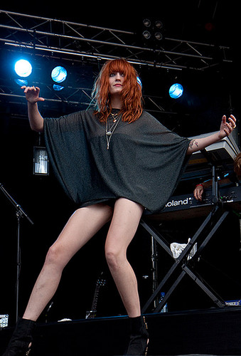 Florence + The Machine Hintergrund possibly with bare legs, a hip boot, and a konzert called Florence