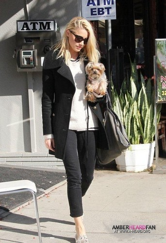 GOES TO A SALON WITH HER DOG IN LOS ANGELES (JANUARY 18TH)