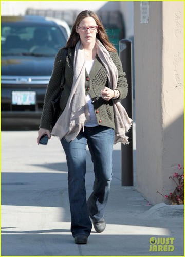 Jennifer Garner: Nail Salon Stop in Santa Monica