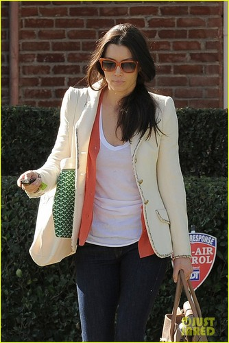 Jessica Biel achtergrond probably containing sunglasses and long trousers entitled Jessica Biel Visits Acting Coach