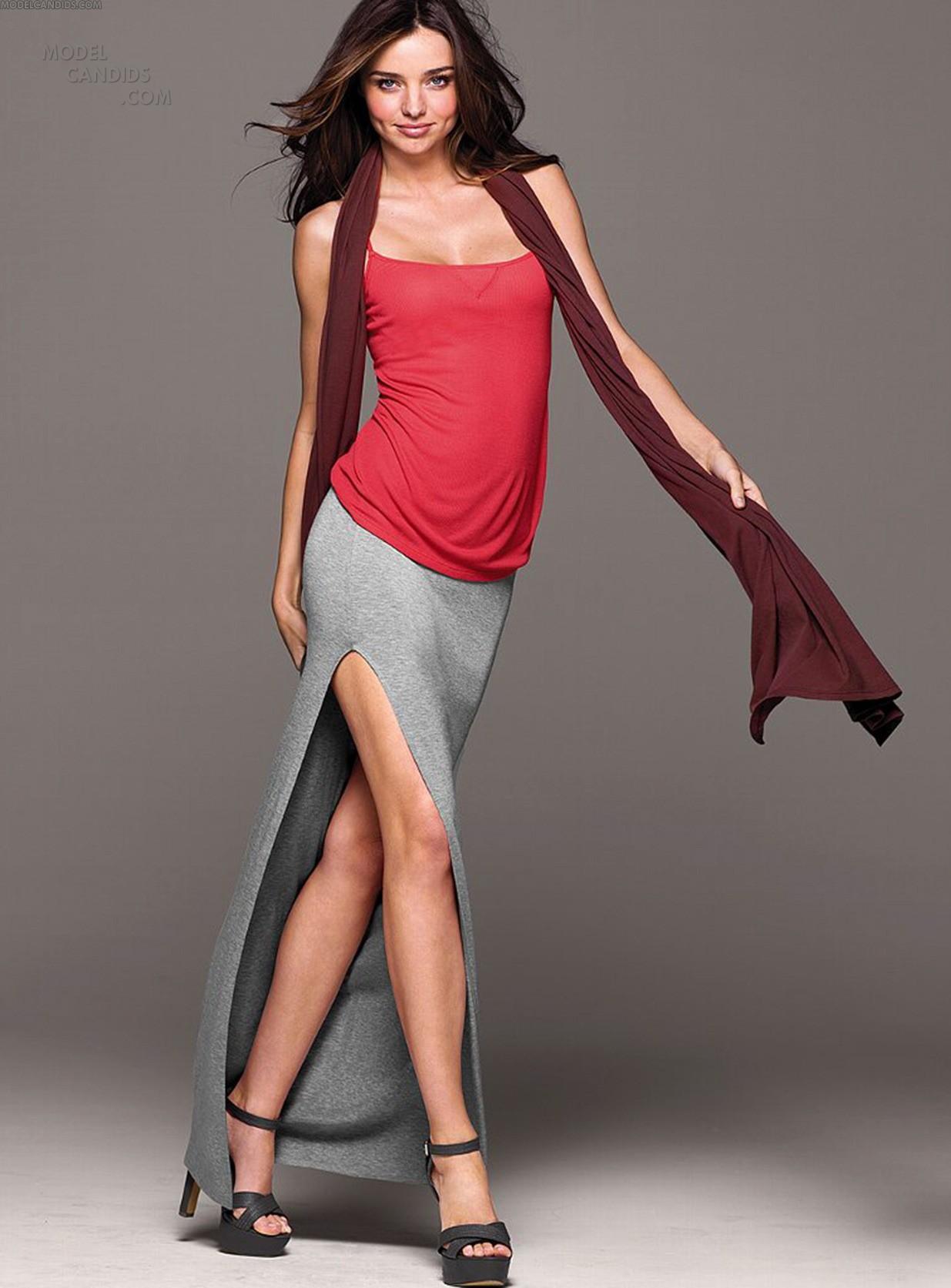 Фото девушки в мини юбке с разрезом 7 фотография