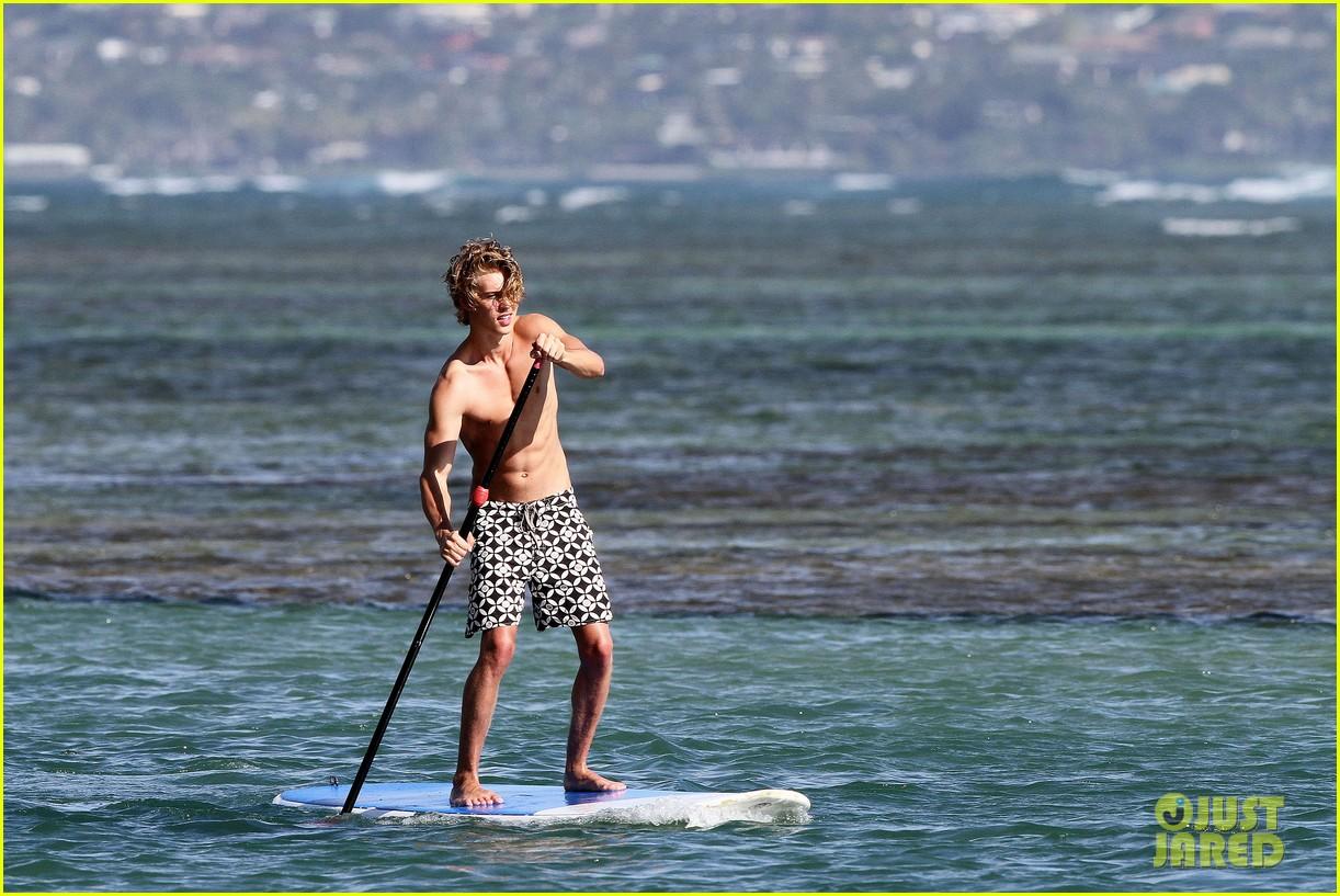 Vanessa Hudgens & Austin Butler: Beach Babes!