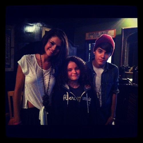 justin with selena at the unicef acoustic concert