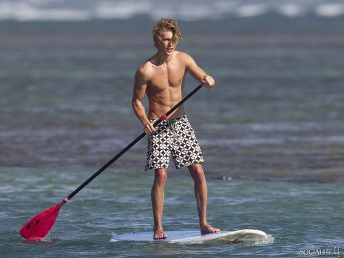 Shirtless Austin Butler Paddleboards In Hawaii