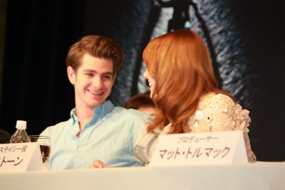 Andrew Garfield and Emma Stone پیپر وال possibly containing a portrait called 'The Amazing Spider-Man' Press Conference in Japan