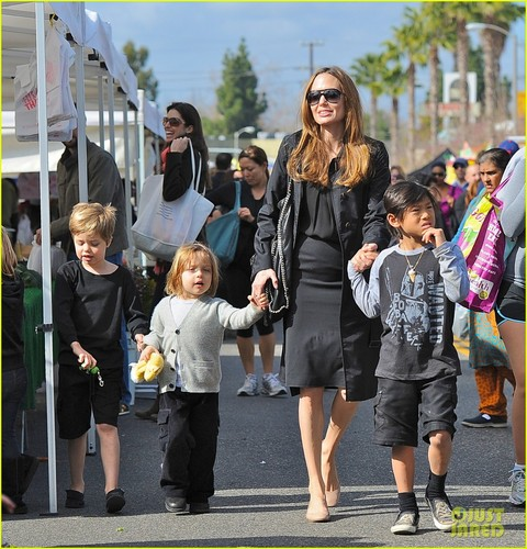 Angelina Jolie: Farmers' Market With the Kids!