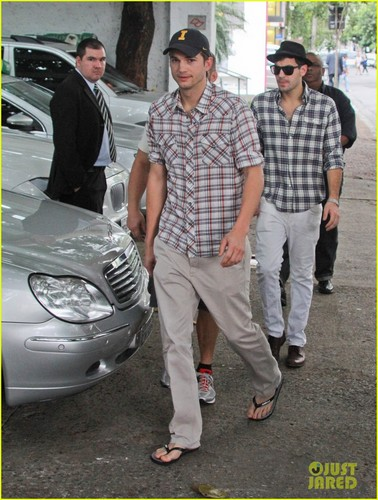 Ashton Kutcher wallpaper titled Ashton Kutcher: Surfing the Sao Paulo Streets!