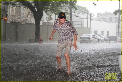 Ashton Kutcher wallpaper called Ashton Kutcher: Surfing the Sao Paulo Streets!