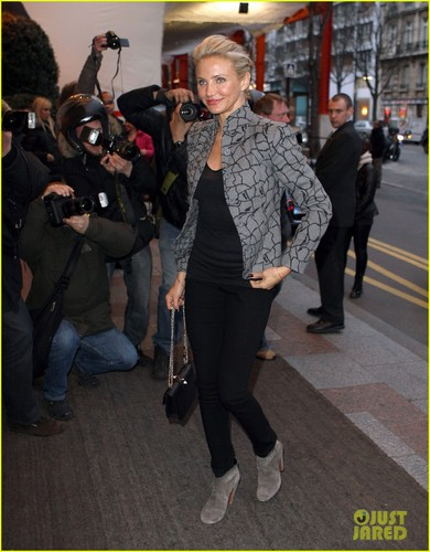 Cameron Diaz ロスト Her Breath At Paris Fashion Week!