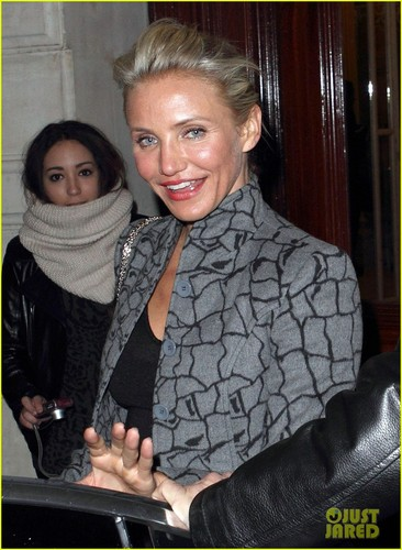 Cameron Diaz लॉस्ट Her Breath At Paris Fashion Week!