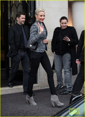 Cameron Diaz 迷失 Her Breath At Paris Fashion Week!