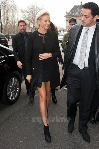Cameron Diaz: Versace 显示 during Paris Fashion Week