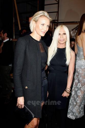 Cameron Diaz: Versace mostrar during Paris Fashion Week