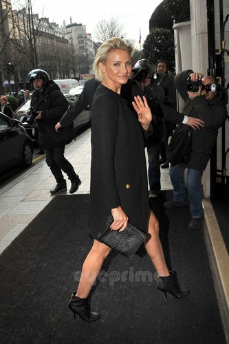 Cameron Diaz: Versace montrer during Paris Fashion Week
